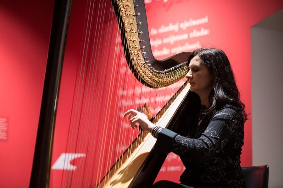 628-Glazbeni stand up Doris Harp Karamatic
